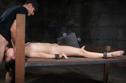 Shackled Aria Alexander deepthroats on sybian
